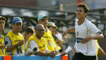 nilmar-atacante-do-corinthians-comemora-um-de-seus-gols-na-goleada-por-7-a-1-da-sua-equipe-contra-o-santos-pelo-brasileiro-de-2005-1398471567284_1920x1080