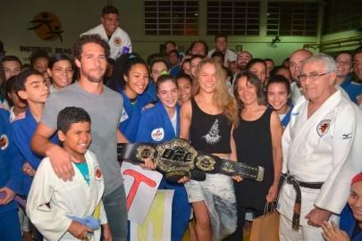 Cumprindo a promessa, Ronda deixa cinturão no Brasil