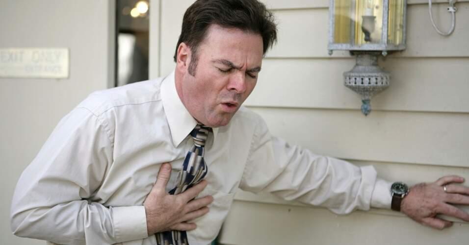 homem-tossindo-homem-passando-mal-infarto-1340978376250_956x500