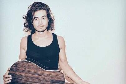Tiago Iorc divulga fotos sem roupa na cama de sua casa