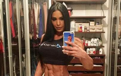 Gracyanne Barbosa publica foto em academia e fãs encontram erro de photoshop bizarro