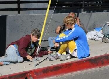Morador de rua acorda com Justin Bieber deitado ao seu lado e o expulsa aos berros