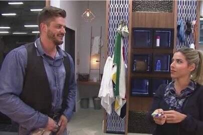 """Após polêmica com Marcos Harter em """"A Fazenda"""", Ana Paula Minerato se pronuncia: """"Não fiz sexo"""""""