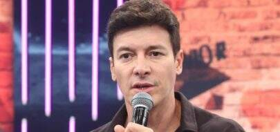 Rodrigo Faro rasga calça durante dança em programa ao vivo e fica com cueca à mostra