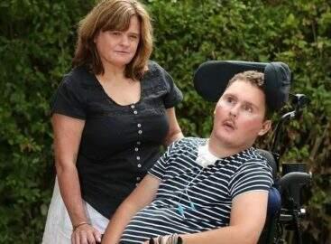 Homem come lesma viva em desafio do Youtube e fica tetraplégico