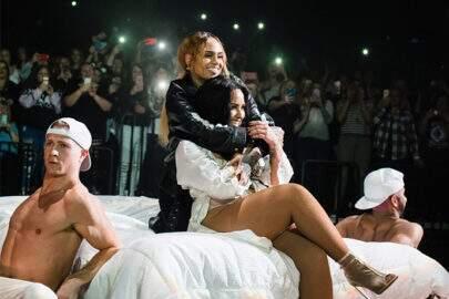 Clima esquenta e Demi Lovato beija Kehlani durante apresentação
