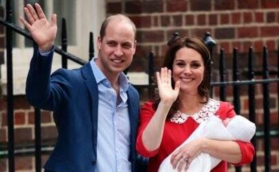 Kate Middleton e príncipe William deixam maternidade e apresentam terceiro filho
