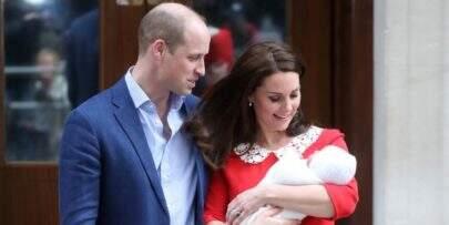Príncipe William e Kate quebram um dos protocolos reais ao sair da maternidade