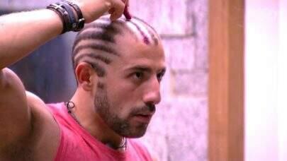 Kaysar tenta mudar cabelo e produção dá bronca