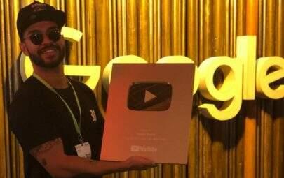 Thiago Brava conquista 1 milhão de inscritos e recebe placa do YouTube