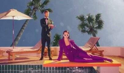 """Em clima psicodélico, Calvin Harris e Dua Lipa lançam clipe de """"One Kiss"""""""
