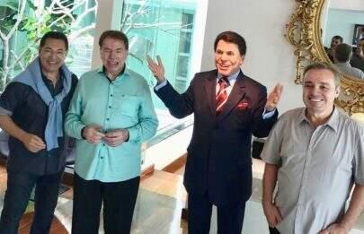 Gugu Liberato presenteia Silvio Santos com estátua de cera
