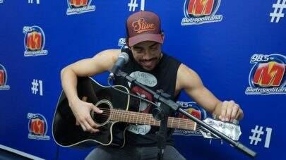 """Gabriel Diniz canta """"Acabou Acabou"""" e """"A Casa Chora"""" nos estúdios da Metropolitana"""