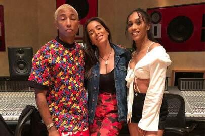 Anitta posa ao lado de Pharrell Williams em estúdio e fãs vão à loucura