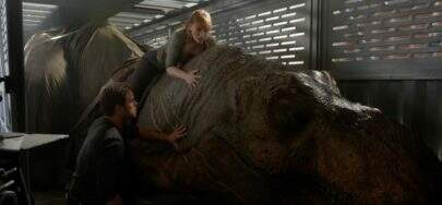 """Vídeo dos bastidores de """"Jurassic World: Reino Ameaçado"""" mostra Claire montada em um T-Rex"""