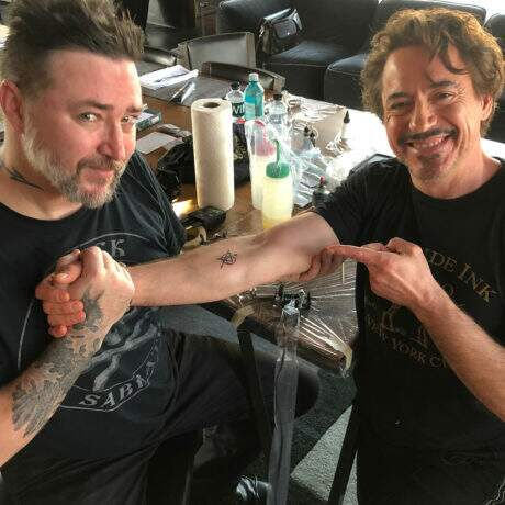 Atores de Os Vingadores fazem tatuagem juntos e combinando