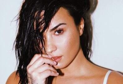 Demi Lovato posta foto com decote ousado e bomba nas redes sociais