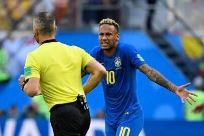 Neymar abaixa calção e quase mostra demais antes do jogo