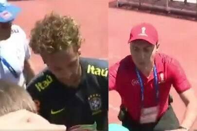 Neymar dá autógrafos na Rússia e arquibancada cai