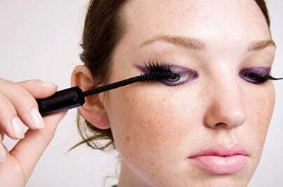 Mulher passa 25 anos com máscara de cílios acumuladas nos olhos