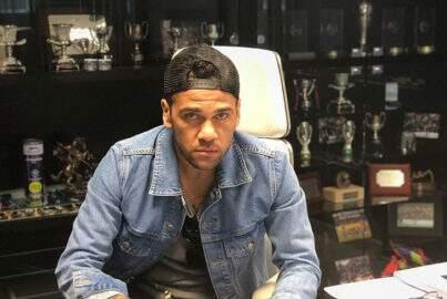 """Fora da Copa do Mundo, Dani Alves lança clipe de sua nova música, """"Suave"""""""