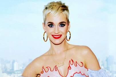 Gente como a gente! Katy Perry pega metrô para chegar em seu próprio show