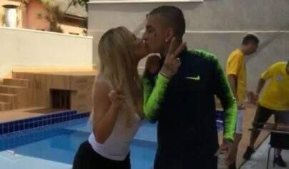 MC Guimê e Lexa comemoram 1 mês de casados com churrasco e jogo da seleção