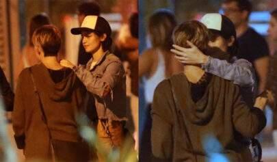 Após assumir romance, Nanda Costa e namorada são flagradas trocando carinhos