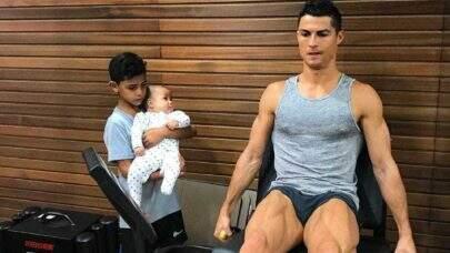 """Fotos de Cristiano Ronaldo com o filho viram meme na web: """"Sou lindo"""""""