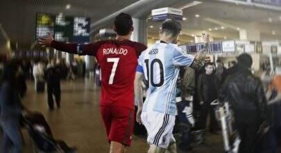 """Portugal eliminado e duelo """"CR7 vs Messi"""" no aeroporto; a web ferveu em memes"""