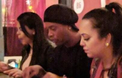 Após polêmica, Ronaldinho Gaúcho é flagrado jantando com suas duas supostas namoradas