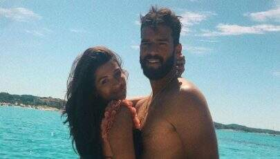 """Goleiro Alisson curte férias na Itália e """"mão boba"""" chama atenção em foto com a esposa"""
