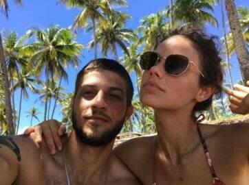 Cinco meses antes do casamento, Chay Suede e Laura Neiva terminam relacionamento