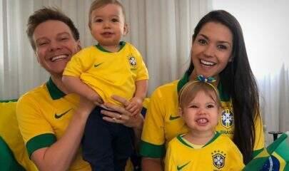 """Thais Fersoza posa ao lado dos filhos e semelhança entre os pequenos impressiona: """"Gêmeos?"""""""