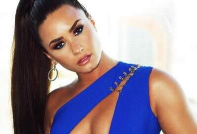 Demi Lovato surpreende fãs e aparece loira