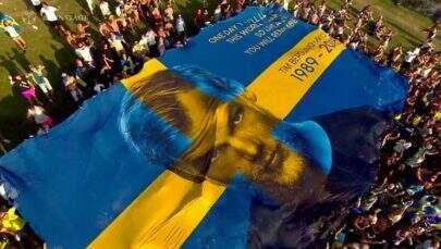 Com bandeirão e grandes hits, Avicii é homenageado em festival de música eletrônica