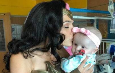 Gal Gadot visita hospital vestida de Mulher-Maravilha e faz a alegria das crianças