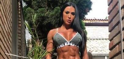 Gracyanne Barbosa faz pose inusitada no pole dance e comenta sobre críticas negativas