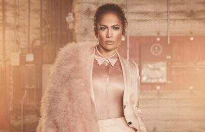 Jennifer Lopez exibe corpão aos 49 anos e impressiona