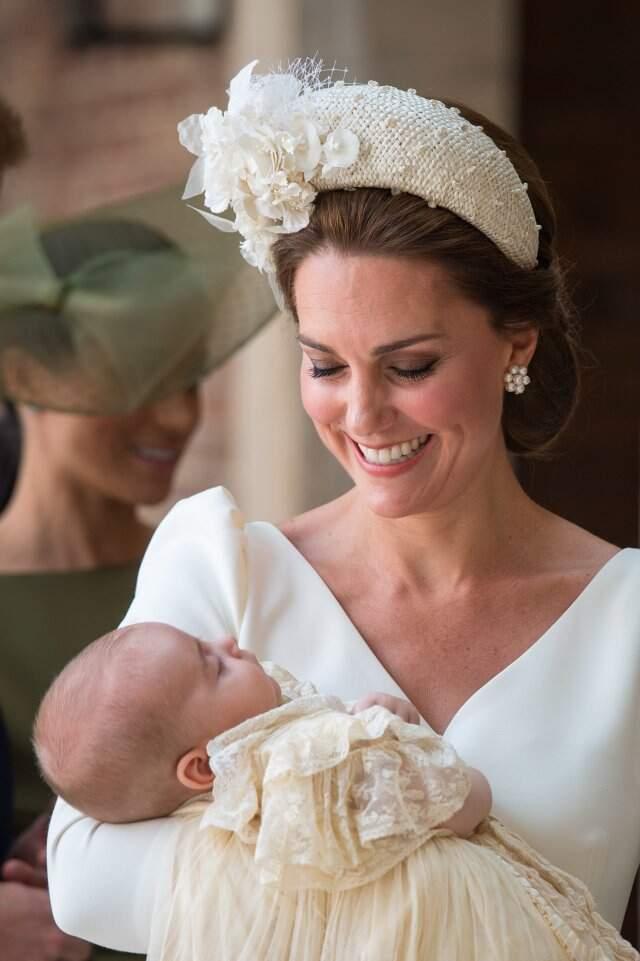 familia real serve bolo de casamento de kate e william de 7 anos no batizado do principe louis metropolitana fm real serve bolo de casamento de kate