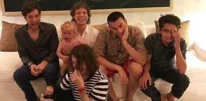Em comemoração de aniversário, Mick Jagger aparece em foto rara com filhos e netos