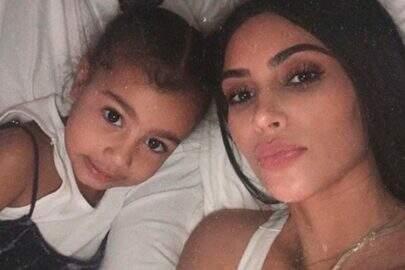 Após fãs questionarem, Kim Kardashian explica porque alisou o cabelo da filha North West