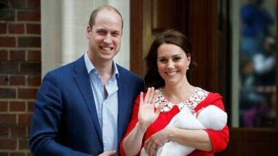 Família Real serve bolo de casamento de Kate e William de 7 anos no batizado do príncipe Louis