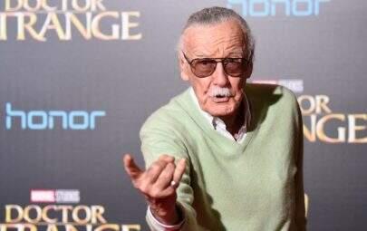 Estão dizendo que o Stan Lee morreu, mas é apenas uma falha na Siri