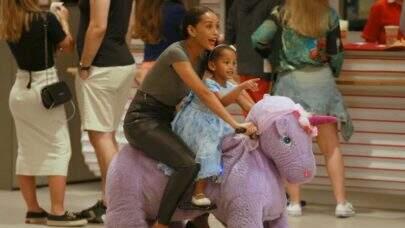 Taís Araújo brinca com os filhos e faz passeio de unicórnio em shopping do Rio