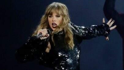 Taylor Swift leva rasteira de dançarino e cai no palco durante show