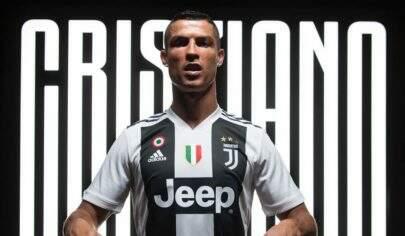 Cristiano Ronaldo aparece ao lado da família em foto rara com uniforme da Juventus