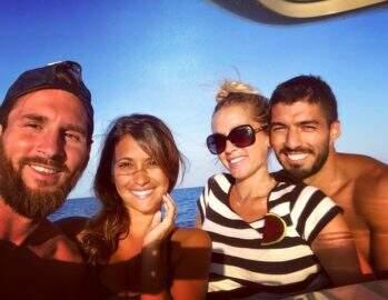 Messi e Suárez curtem folga com a família e esposas chamam atenção na web