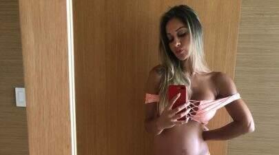 """Grávida de 8 meses, Mayra Cardi rebate críticas por magreza e barriguinha discreta: """"Galera ignorante"""""""