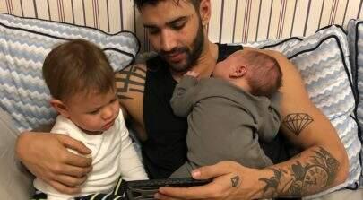 Gusttavo Lima usa câmera para monitorar Andressa Suita e os filhos